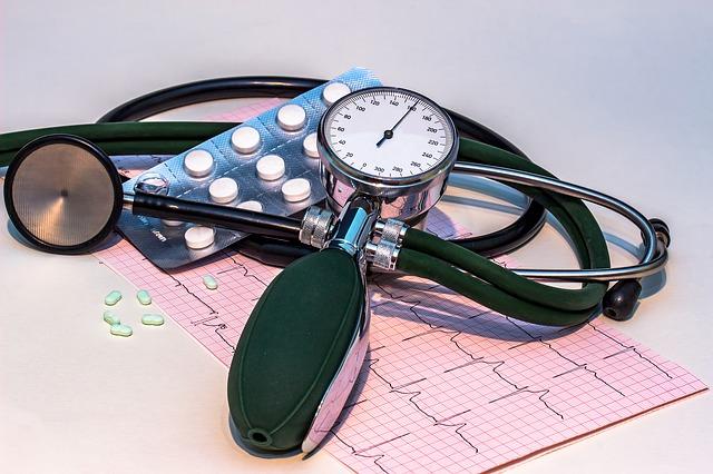 Ciśnieniomierz, wynik EKG, leki
