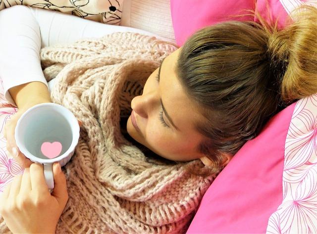 Dziewczyna w łóżku owinięta szalikiem