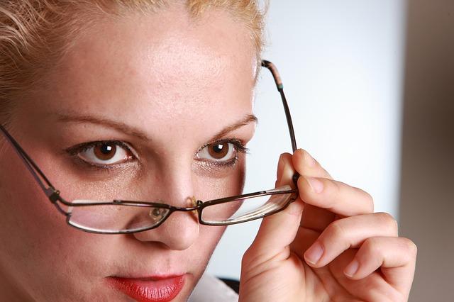 Kobieta zdejmująca okulary