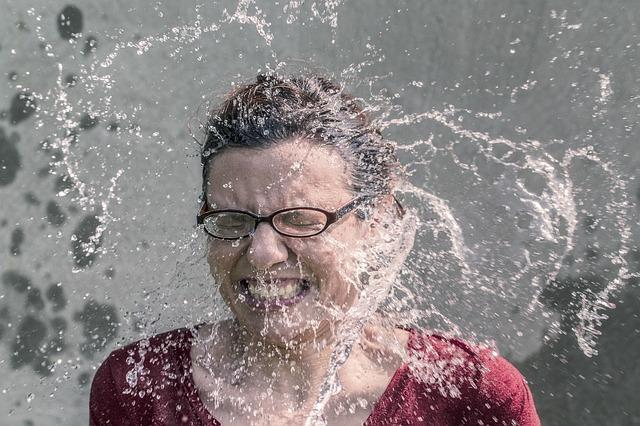 Kobieta oblewana wodą
