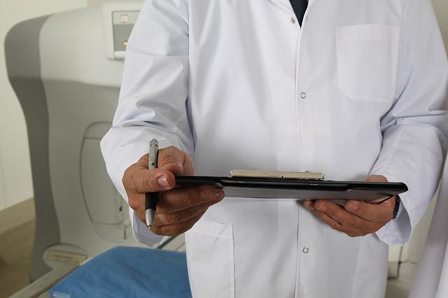 Lekarz trzymający dokumenty