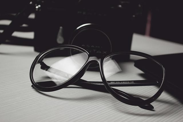 Okulary leżące na biurku