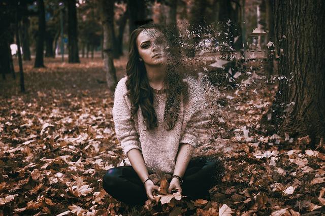 Smutna i apatyczna kobieta