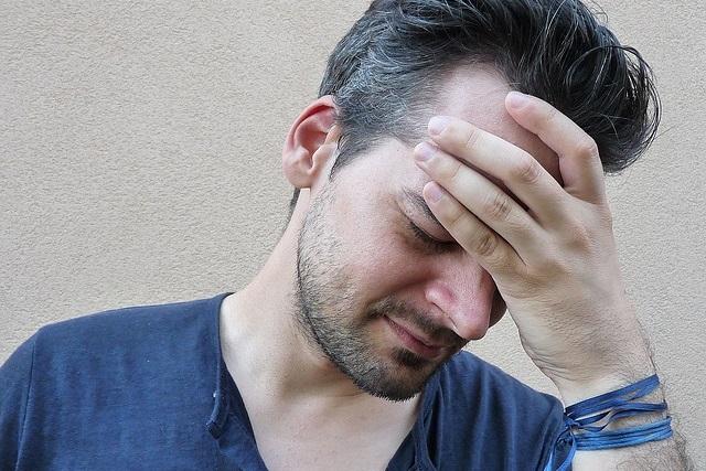 Człowiek z bolącą głową